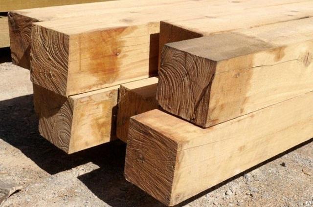 Самый дешевый и «рискованный» для строительства вариант – массивный непрофилированный брус, который нередко изготавливается из не до конца просушенной древесины.