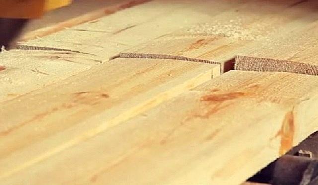 Материалом для изготовления клееного бруса выступают отборные доски, которые после соответствующей обработки станут ламелями