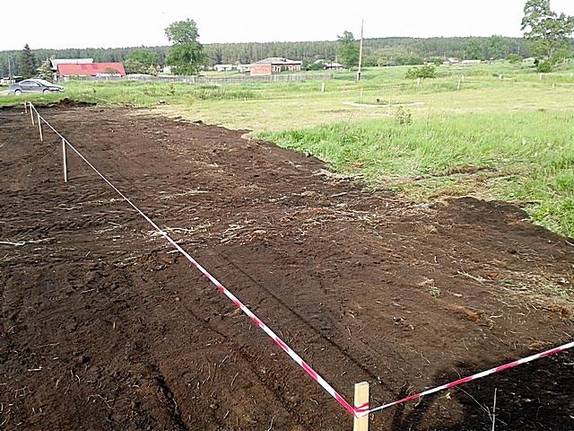 Первые шаги – разметка линий, по которым должен расположиться забор. Возможно, предстоят работы по очистке этих полос от крупного мусора и мешающей проведению работ растительности