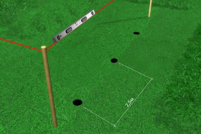 Шнур или тросик, растянутый по верху угловых столбов, существенно облегчит и разметку линии забора, и установку опор.