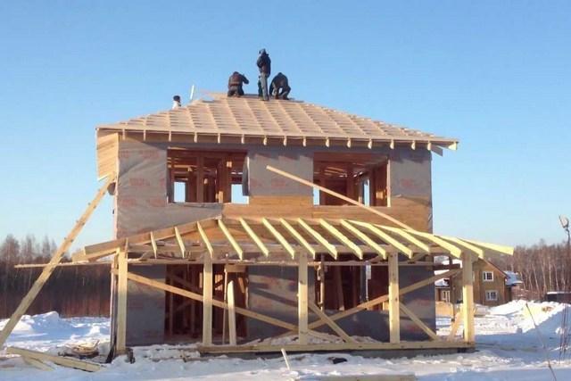 Вальмовые крыши над пристройками возводятся нечасто – их обычно предусматривают еще на этапе общего проектирования всего дома