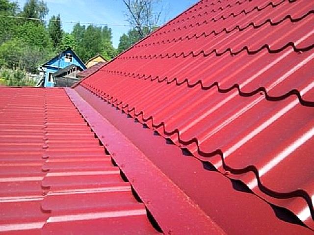 Специальный угловой профиль, заведенный под кровлю крыши дома и закрепленный поверх кровли пристройки обеспечит «непротекаемость» линии их стыка