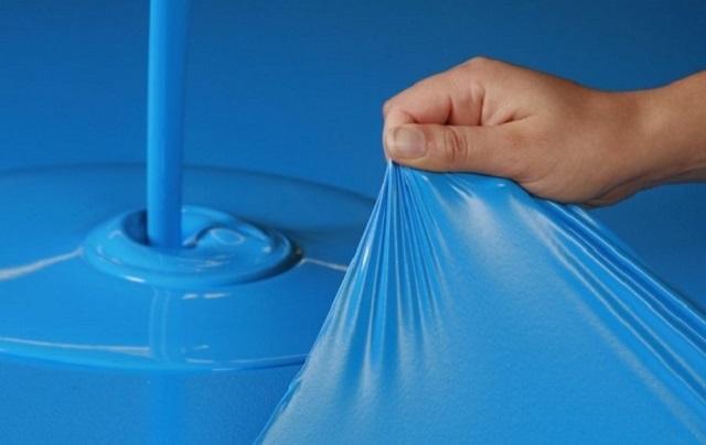 Резиновая латексная краска применяется для гидроизоляции вертикальных и горизонтальных поверхностей. Очень часто применяется при отделке домашних гидротехнических сооружений – душевых, бассейнов или фонтанов.