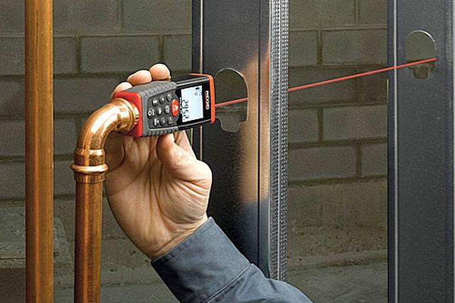 Лазерные дальномеры помогают при точном определении размеров заготовок при прокладке, например, сложных сантехнических коммуникаций.