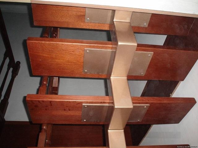 Лестница с центральным косоуром ломаного типа