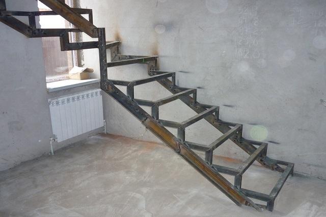 Маршевая лестница с двумя прямыми косоурами и каркасной конструкцией ступеней