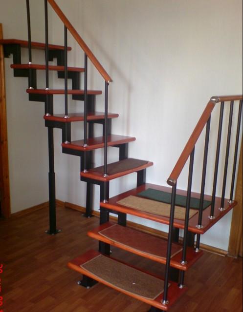 Вариант лестницы из профильных труб с перпендикулярно расположенными маршами и площадкой между ними.