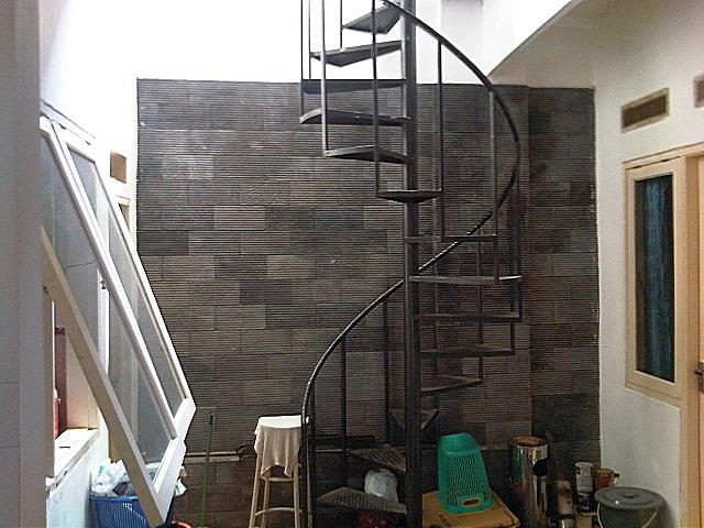 Винтовая металлическая лестница – «абсолютный чемпион» в плане компактности, но «минусов» у нее гораздо больше, чем хотелось бы…