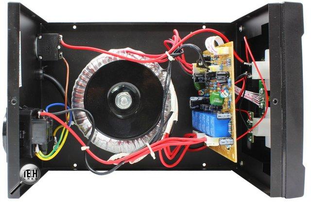 Переключение между обмотками трансформатора стабилизатора напряжения производится с помощью реле.