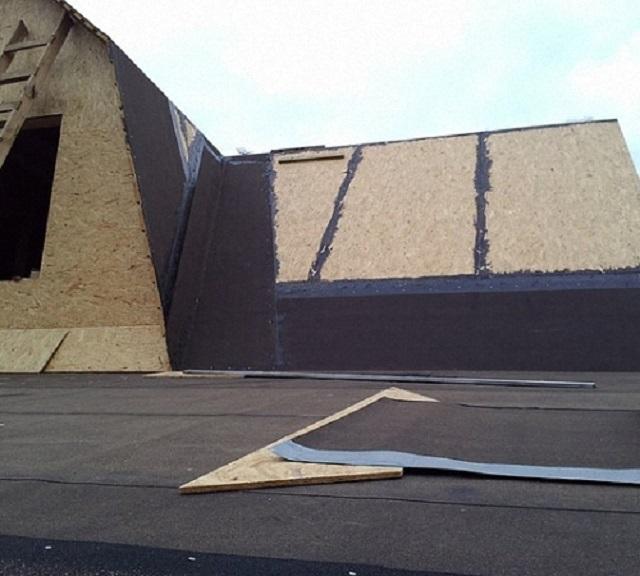 Никогда не надо торопиться укладывать подкладочный ковер на большие по площади скаты крыши – вначале всегда застилаются наиболее сложные участки
