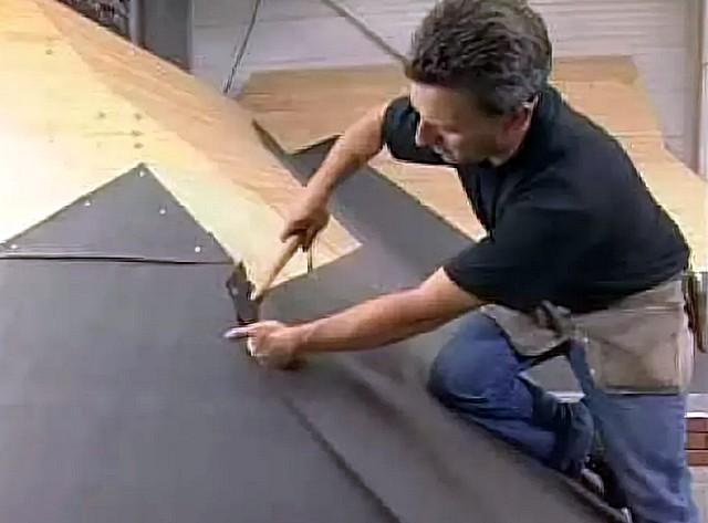 Самый дешевый и, оттого, видимо – наиболее распространенный вариант, когда подкладочный ковер не имеет клеевого слоя, и фиксируется к обрешетке гвоздями или скобами.