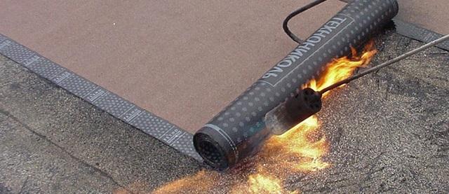 При наплавлении подкладочного ковра покрытие получается практически герметичным. Но вот сам процесс с использованием открытого пламени на деревянной конструкции крыши – очень небезопасен!
