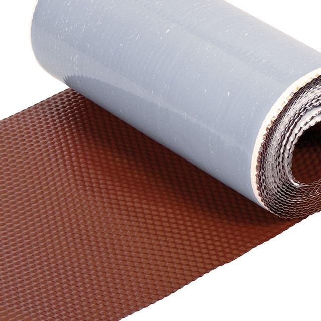 Самоклеящаяся герметизирующая лента на алюминиевой или свинцовой основе позволяет герметизировать стыки между трубой и кровельным покрытием, если применение готовой проходки видится невозможным