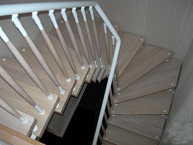 Изменение формы и размеров ступеней может начинатьсяи закачиватьсяна участках прямых лестничных маршей - так поворот с забежными ступенями становится более удобным для перемещения человека