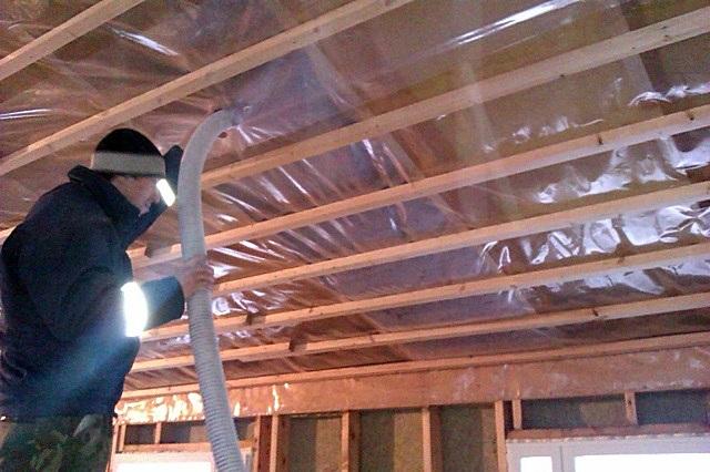 Утепление скатов крыши эковатой – материал с помощью специальной установки задувается в созданные полости