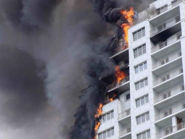 Апокалиптическая картина – горит пенопластовая утеплительная облицовка многоэтажки. Стоит ли рисковать в собственном доме?