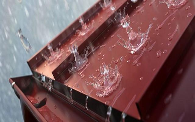 Многие кровельные покрытия превращаются во время сильного дождя или града в «барабаны», шум от которых передается и в жилые помещения. Утепление крыши позволяет справиться и с этой проблемой.