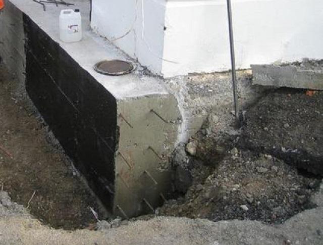 Лента усиления фундамента должна после полного набора прочности получить полноценную внешнюю гидроизоляцию