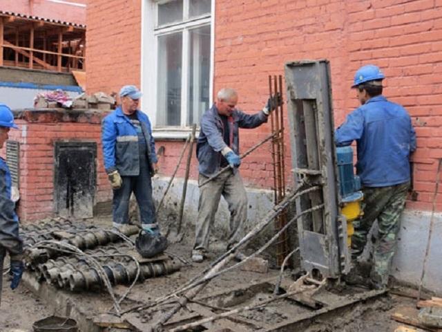 Буронабивной способ – пробуренные скважины армируются и заполняются бетоном, после застывания которого превращаются в сваи.