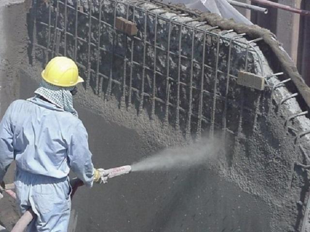 Нанесение бетонного раствора на стену фундамента по технологии торкретирования