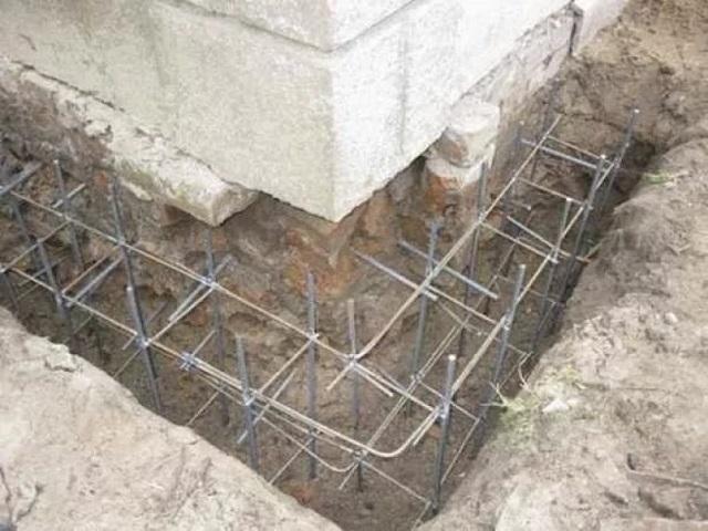 Старый фундамент, сложенный из кирпича — капитально поизношен. Но его можно усилить внешней железобетонной «рубашкой»