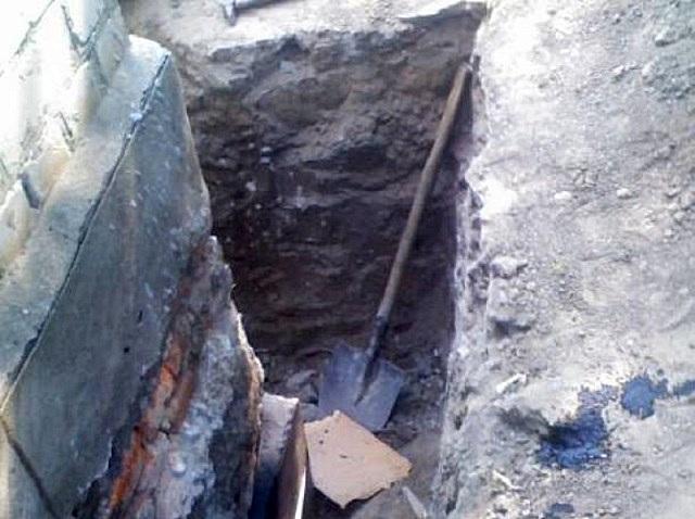 Стенки фундаментной ленты необходимо освободить вплоть до подошвы – для этого по периметру выкапывается траншея