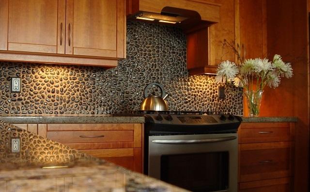 Кухонный фартук из шлифованной гальки.