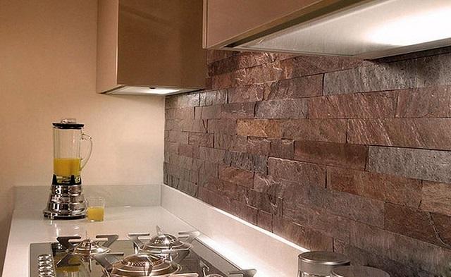 Фартук из плитки, имитирующей натуральный камень. Далеко не вся подойдет для специфичных условий кухни