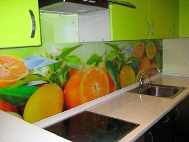 Использование стекла для оформления кухонного интерьера – сейчас на пике популярности