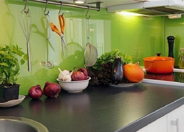 Стеклянный цветной фартук часто становится своеобразным «зеркалом», которое очень здорово визуально расширяет тесное пространство кухни