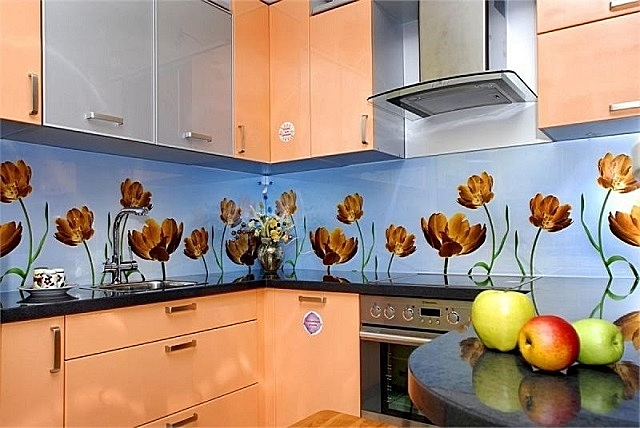 Материал для отделки кухонного фартука должен отвечать целому ряду важных требований