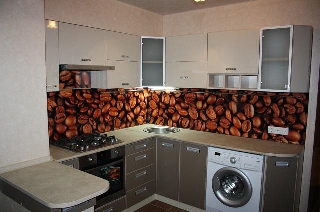 ПВХ-панели для кухонных фартуков – недороги, и их вполне можно время от времени менять, преображая при этом интерьер помещения