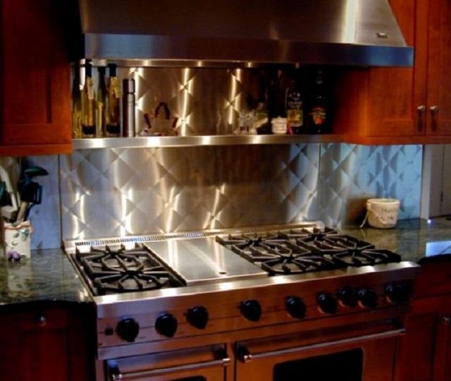 Стальной кухонный фартук гармонично вписался в весьма романтический кухонный интерьер