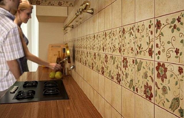 Самый распространенный, пожалуй, вариант – кухонный фартук из керамической плитки