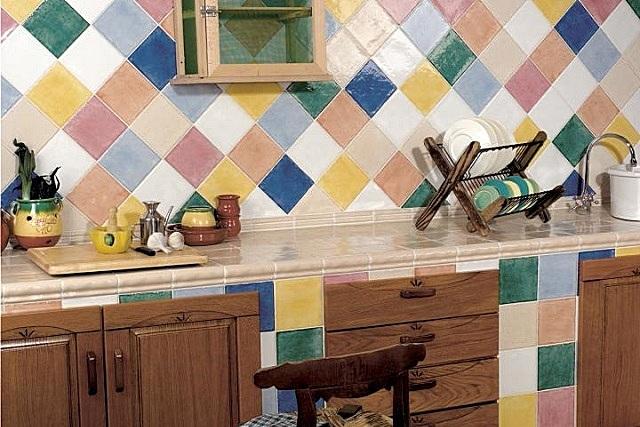 Оригинальное решение — плитки одного размера, но различных цветов, да еще и выложенные по диагонали