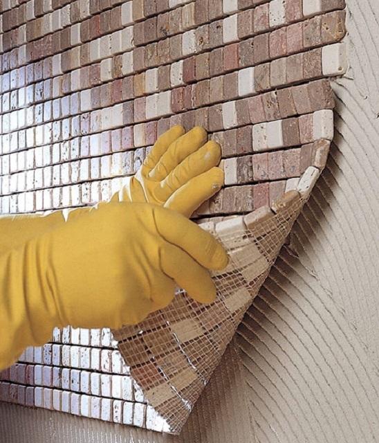Наклеивается мозаичная плитка сразу большими полосами