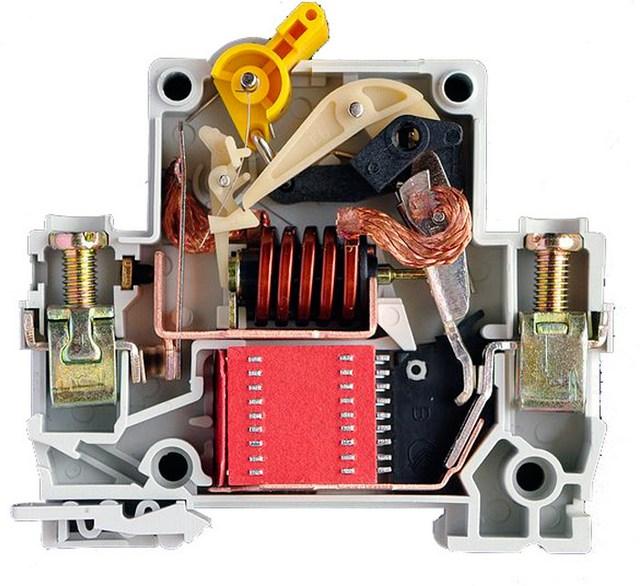 Примерто так внутри выглядят современные автоматические выключатели