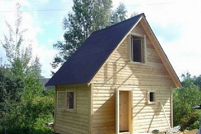 Крыша над баней с чердаком, превращенным в мансардное помещение, имеет очень много явственных преимуществ