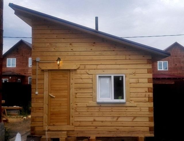 Сооружение односкатной крыши на небольшой бане можно отнести к наиболее простым задачам – стропильная система сложностью не отличается.