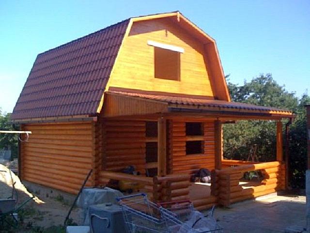 Очень здорово, если на небольшом дачном участке удастся под одной крышей разместить и баню, и жилой домик. Это позволяет реализовать мансардная крыша ломаного типа.