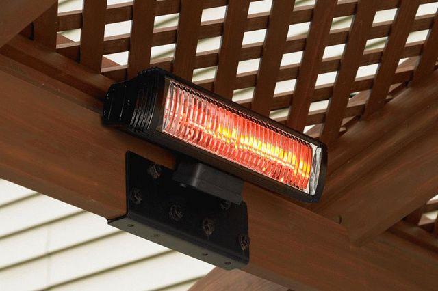 Мощный электрический инфракрасный обогреватель, установленный в беседке около дома