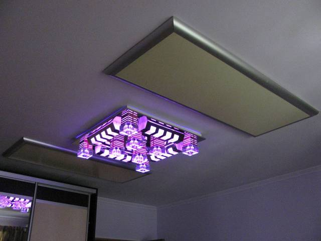 По обеим сторонам оригинального светильника расположились два аккуратных инфракрасных излучателя, которые никак не портят интерьера комнаты, а, наоборот, придают ему некую своеобразность.
