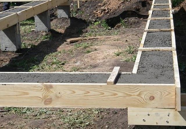 Бетонная обвязка столбчатого фундамента – переходить к дальнейшей кладке стен можно только после полного набора ростверком своей прочности.