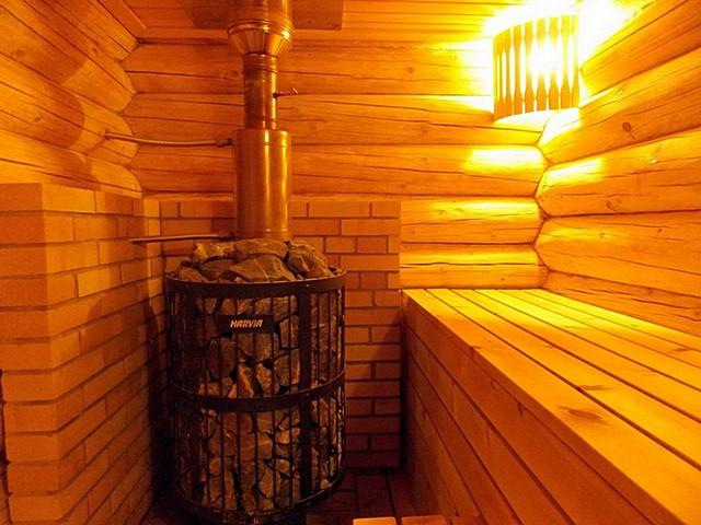 Довольно часто бревенчатым срубам бани даже не придается дополнительного утепления, кроме качественной межвенцовой конопатки.