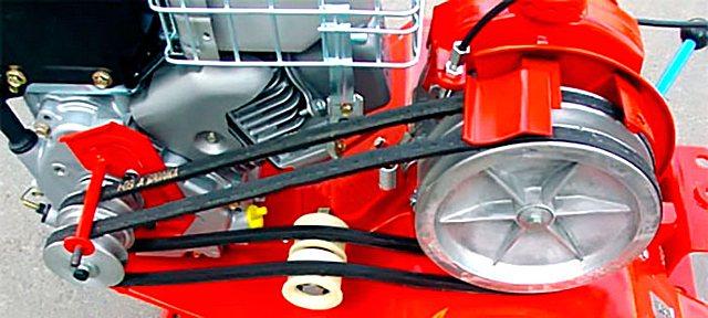 Пример ременной передачи мотоблока с системой сцепления с прижимными роликами.