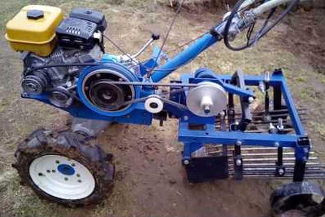 Мотоблок с установленной картофелекопалкой, с ременной передачей вращающего момента через шкив