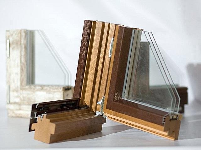 Деревянная рама, защищенная алюминиевыми профилированными пластинами-накладками.