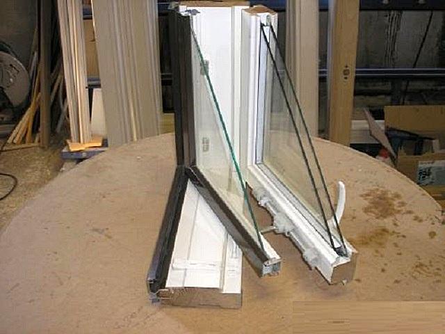 Окно с комбинацией древесины и алюминия, изготовленное по финской технологии.