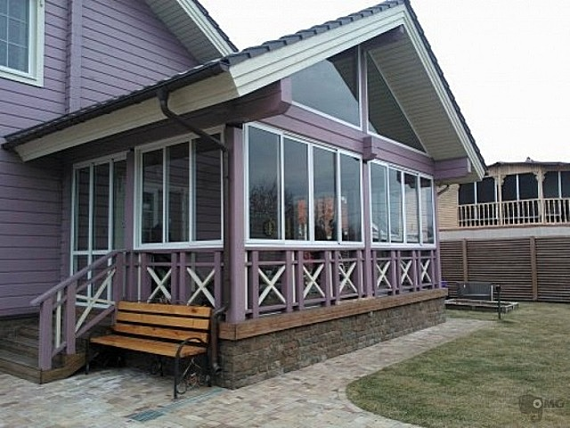 Веранда частного дома, полностью остекленная алюминиевыми окнами и дверями компании «Profilco»