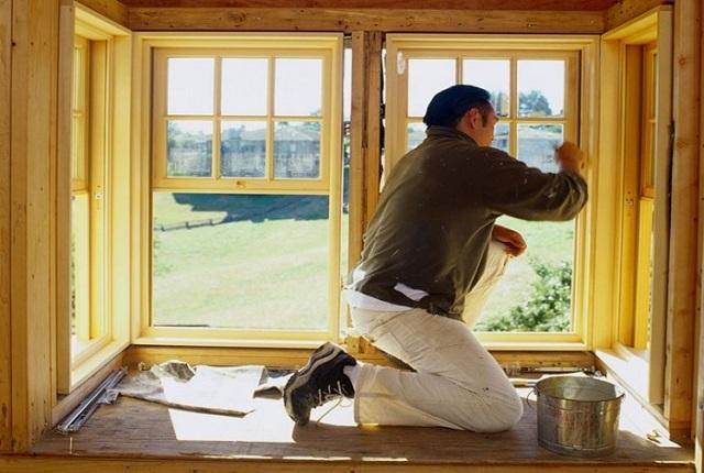 Деревянные рамы требуют регулярного ухода, периодического обновления лакового или красочного покрытия